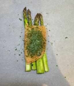 Papillote de saumon aux asperges vertes et champignons