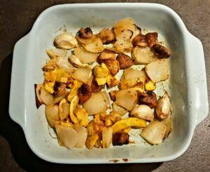 Courgettes jaunes, champignons, oignon, ail et épices au four