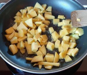 Tarte à la rhubarbe et mangues caramélisées au miel sur pâte sucrée
